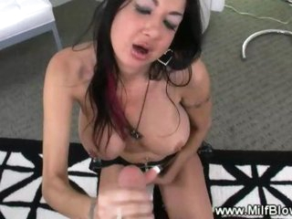 Tattooed mature tramp gives sexy blowjob